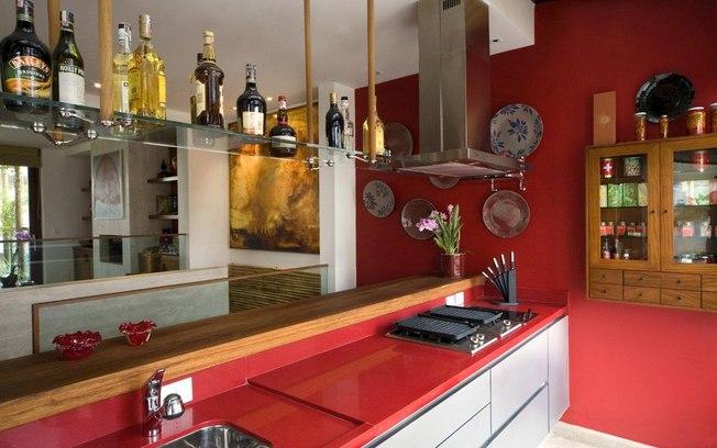 Uma pia grande facilita o trabalho de quem cozinha para muitas pessoas. A cor forte usada nesta cozinha também está em alta.