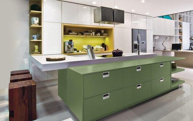O projeto valoriza a presença de gavetões na bancada da pia e de prateleiras embutidas no canto do armário.